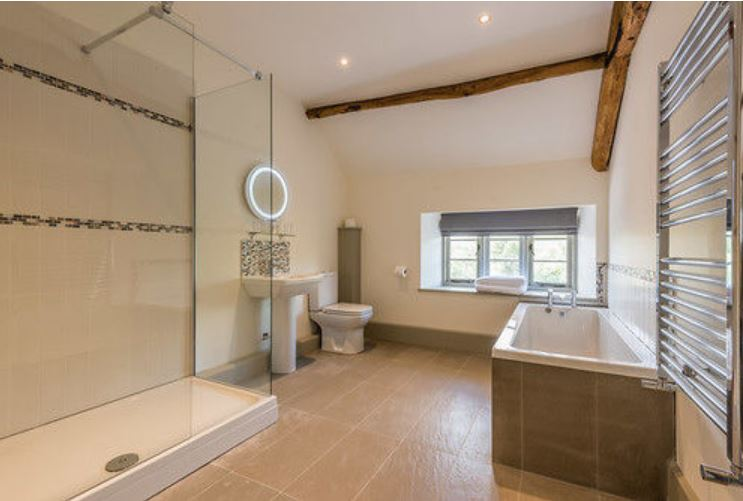 De luxe bathroom at hotel near Bromyard